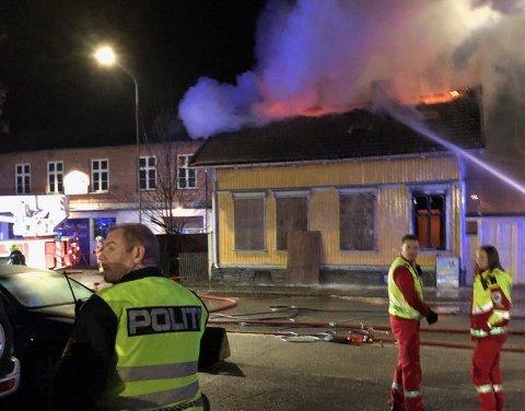 TOTALSKADD: Huset som brant i Lundegata i Skien lørdag kveld ble totalskadd. Det ubebodde huset har stått tomt i mange år.