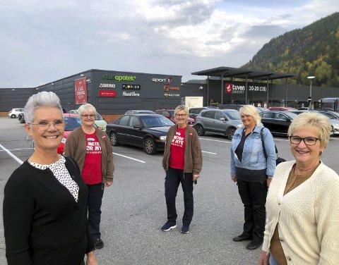 TUVENVETERANER: Anne Gyrid Nykaas (53), Kirstin Myhre Søyland (56), Aud Ingeborg Kåsa (61), Inger Myhre Rauland (61) og Solfrid Pedersen (59) er veteraner på Tuvensenteret med hver seg 35 år eller samlet 175 år.