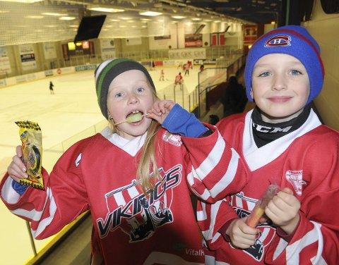 Hurra for deg! Ingrid Ness Jakobsen feiret sin egen og Ishallens bursdag med gratis is og hockeypulver i gave fra lagkompisen Elias Haugland.  Alle foto: Reidar Lindqvist