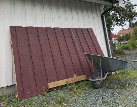 MÅTTE BORT: Her er veggen som er fjernet for å gi pass til den nye bilen. Foto: Privat