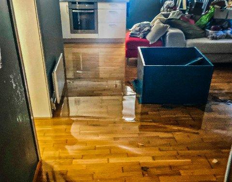 FEM CENTIMETER: Vannet sto fem centimeter over gulvet da brannvesenet kom til leiligheten på Solvang.