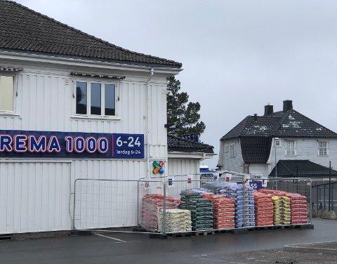SESONG FOR HAGEARBEID: Hos Rema 1000 på Teie selges det både prydbark og blomsterjord.