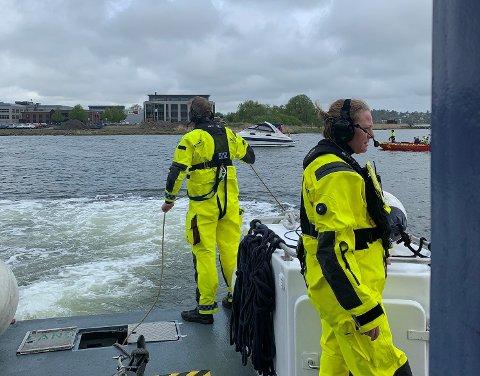 HJELP: En båt ble stående fast på grunna, men fikk god hjelp av redningsselskapet og brannvesenet.