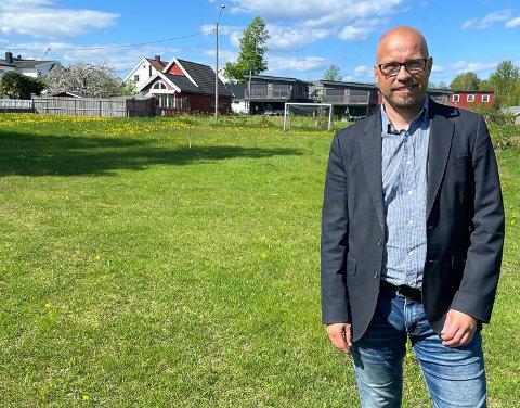 LINNOMHAGEN: Bård Johnson i DNB Eiendom holdt en tomtevisning for interessenter torsdag ettermiddag. Om alt går etter planen vil det dukke opp 12 nye boliger i området bak eiendomsmegleren.