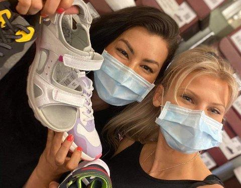 SKOLAGERET: Butikksjef Miriam M. Martinez (32) og butikkansatt Anja Foldvik (27) selger sko til alle og enhver.
