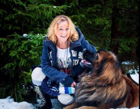 Heidi: Da ingen av fetterne ville overta slektsgården i Tovdal tro Heidi og broren til. Nå bor hun der alene sammen med bikkja.