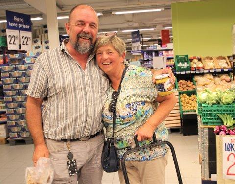 FERIEPRAT: Frode Olsvik og Hilde Andresen møttes på matbutikken og slo av en prat etter ferien.