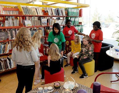 Hårfletting i Biblioteket.
