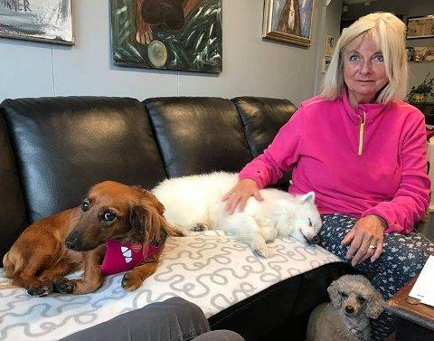 Marianne Øyen driver Solplassen omplassering- og hvilehjem for hunder. — Det er mye tryggere å være i karantene hjemme på småbruket enn på et karantenehotell, sier Marianne