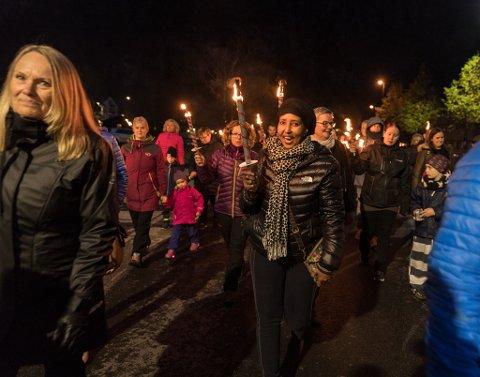 Anisa Aden gikk i fakkeltog sammen med svært mange andre.