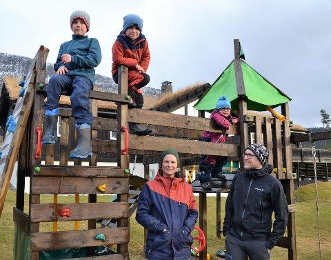 Høyeste prioritet: I en travel hverdag er det barna som har høyeste prioritet for Inger Helene og Reidar Hagen Sira. Bak fra venstre står Halvor, Snorre Mikael og Ingebjørg Olava.