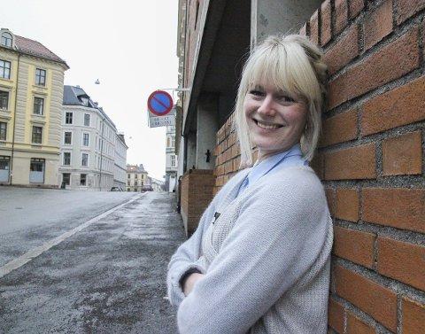 Ingeborg Selnes utenfor Paulus sykehjem, som ligger «midt i smørøyet» på Grünerløkka.