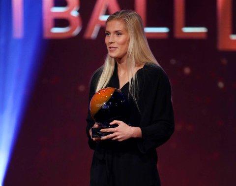 Emilie Nautnes mottok prisen for Årets gjennombrudd under Fotball festen 2018. (Foto: Ørn E. Borgen / NTB scanpix)