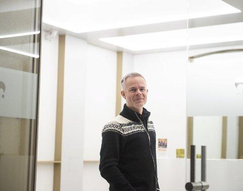 Tore Renberg er ny i «Heim»-teamet. Han har skrevet dokumentarisk om en korrupsjonssak i sin scene i stykket som har premiere i februar.
