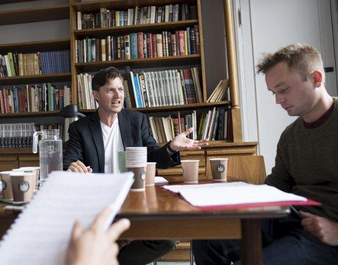 Under leseprøven på Hordaland Teater, viser skuespiller og manusforfatter Hadle Reisæter sitt engasjement rundt sitt kunsteriske livsverk.