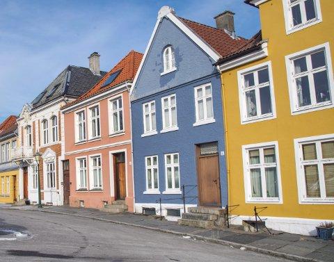 – Noen steder i byen har huseiere vært særdeles flinke til å bruke farger. Vi trenger flere som gjør det. Foto: Eirik Hagesæter