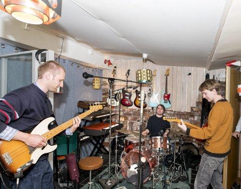 Tord Øyen, Sivert Karlsen og Håvard Bakke utgjør Kropp. Her spiller de inn sin juni-singel «Polert». Det er Matias Tellez som gir ut Kropp, på selskapet Blanca Records.