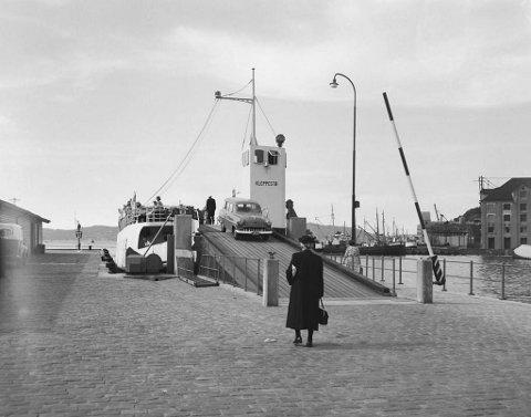 Her ligg MF Kleppestø til kais ved Sukkerhusbryggen i siste halvdel av 1950-talet. Her ser ein tydeleg den karakteristiske forma som gjorde ferga så unik.