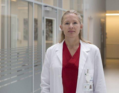 Forsker og overlege Kristin Greve-Isdahl Mohn mener det kan være lurt å vente til man er fullvaksinert med å reise utenlands.