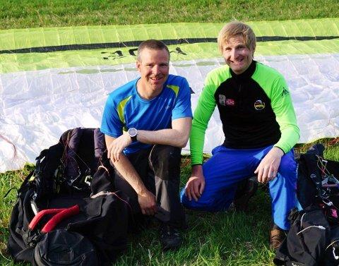 Paragliderne Bjørnar Trondsen (t.h.) og Terje Stulen var med på å sette norsk og nordisk rekord etter 176,5 kilometer i deklarert mål. (Foto: Privat)