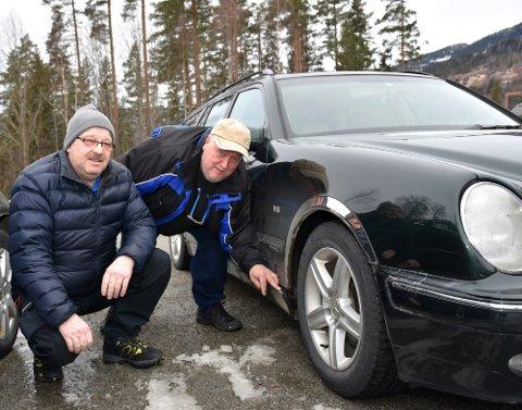 FIKK EN TRØKK: Tom Andersen (t.v.) og Thore Magnussen er ikke imponert over standarden på sigdalsveien. Torsdag skadet Thore sin Mercedes da han dro nedi et hull i veien. – Jeg er rimelig frustrert og forbannet, sier han.