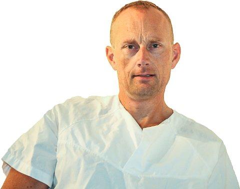 HELSESJEKK PÅ IDRETTSUNGDOM: Pål Branæs, lege ved Åmot Legesenter, tilbyr en grundig helsesjekk til ungdommer i Modum som driver med idrett.