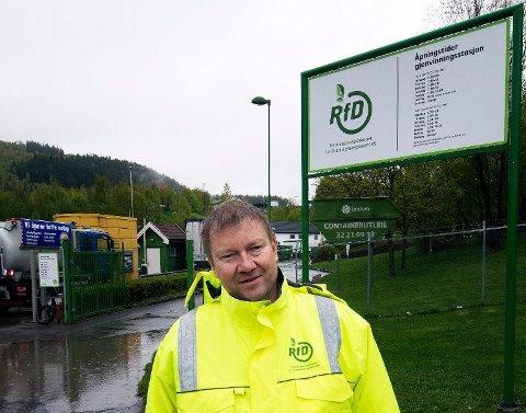 OVERTAR: Johan Remmen, daglig leder i Renovasjonsselskapet for Drammensregionen (RfD), ved gjenvinningstasjonen på Lindum i Drammen som er blant dem selskapet skal overta driften av.