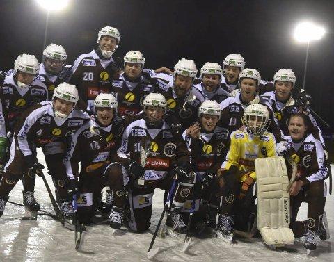 KRETSMESTERE: Mjøndalen-gutta kunne juble for kretsmester-tittel etter 3-2-seier over erkerival Solberg i finalen.