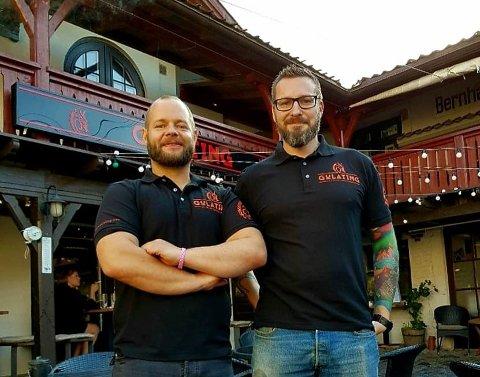Fikk skjenkebevilling torsdag: Lars Eirik Jansen Mørkhagen (til venstre) og Frode Rodal har overtatt Gulating Pub i Gamlebyen fra 1. juli, og har nå fått skjenkebevilling av formannskapet. (Foto: Privat)