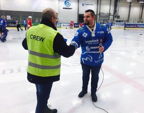 SOM EN JULENISSE: Litt på etterskudd som julenisse, men supporterleder Stian Pedersen overrakte lørdag bidraget til Stig Winther i Narvik ishockeyklubb. Foto: Kjell Kolsvik.