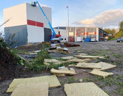 Herjet: Uværet herjet med den nye klatrehallen i Hamarøy i flere timer. Etterpå lå isolasjon og takplater spredt utover et stort område.