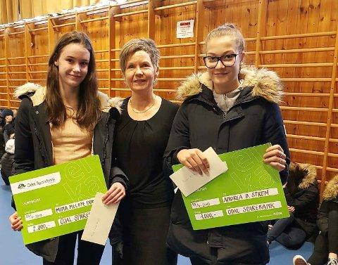 SKRIVEFØRE: Mina Melby Dønjar (t.v.)  og Andrea Betzer Strøm (t.h.) fra Sør-Odal, her sammen med Berit Bredesen fra Odal Sparebank, fikk henholdsvis 1. og 3. plass i stilkonkurransen.