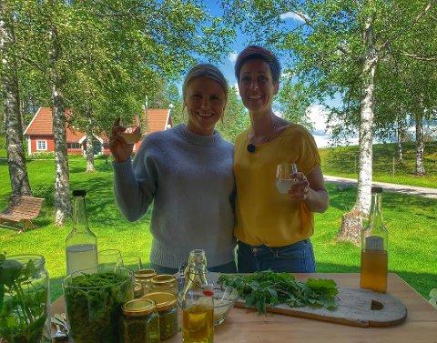 UGRESS I MATEN: Tiril S. Chistiansen, programleder i Farmen Kjendis og Kjersti R. Omsted på Opaker gård viser hvordan ugress blir til delikatesser.