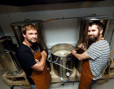 Jon Kristen Garmo og Vegard Randen har brygga øl sidan «før det vart populært».  – Det er mange ting som kan gå gale, men det har stort sett gått bra. Vi har ikkje tømt ut noko enda, humrar karane.