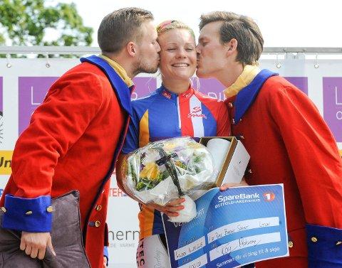 Bronsekysset! Emilie Moberg blir gratulert av podiumguttene Mathias Gjestrud og Thomas Engelsgjerd.  Foto: Atle Wester Larsen
