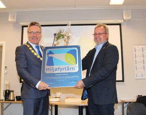 OVERREKKELSE: Ordfører Thor Edquist (H) (til venstre) og daglig leder Bent Skogli i Halden Taxi.