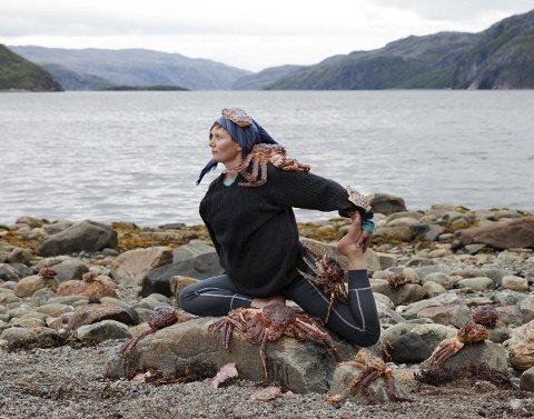 MYKE LEDD: Både Kristin Pedersen og kongekrabbene har mange myke ledd. Dét falt den norsk-finske kunstnerduoen for, og dermed er Kristin med i kunstprosjektet til duoen i forbindelse med bygginga av nye Kirkenes sykehus.