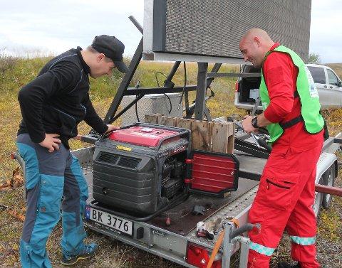 KAOS BAK KULISSENE: Direktesendingen til iFinnmark på storskjerm ble utsatt med noen minutter, grunnet en aggregat som streiket. På bildet er Odd-Marcus Grøtte Pedersen og Daniel Sivertsen.