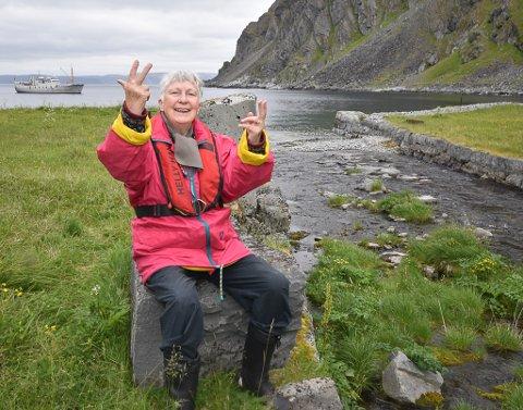ENDELIG: Bjørg Børresen (80) ved den imponerende elveforbygningen i Finnkongkjeila der hennes far bidro. Bjørg har hørt så mye om Kjeila, men først nå fikk hun sjansen til å besøke stedet som ikke fikk leve.