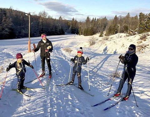 FLOTT VINTERVÆR: For (fra v.) Eline Vika (7), Aksel Vika (9) og Selma Vika (12). Bak pappa Jimmy Vika. Foto: privat