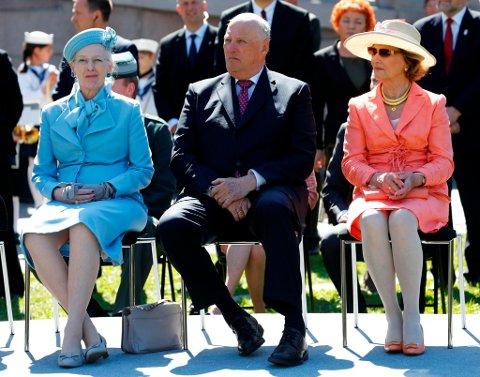 DOBBEL DRONNINGUTSTILLING: Dronning Margrethe av Danmark (t.v) og Dronning Sonja av Norge (t.h), er begge kunstnarar. Til sommaren skal dei ha si første fellesutstilling noka tid, og det skal skje på Baroniet Rosendal. Her har dei Kong Harald mellom seg. (Foto: Lise Åserud /NTB scanpix)