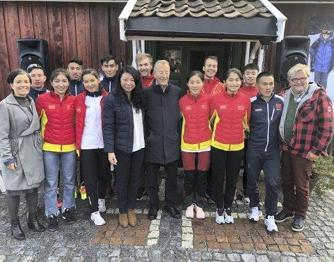 HISTORISK MØTE: Gunn Cecilie Ringdal, Gerhard Heiberg og Knut Olaf Kals med det kinesiske landslaget og støtteapparat utenfor Haugstua. Hovedtrener Kristian Sveen nummer fem fra høyre.FOTO: PÅL A. NÆSS