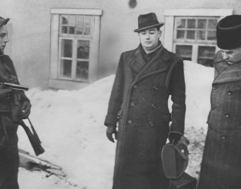Tre menn: Bildet skal være av « the leader of the local Quisling adherents and his secretary». Hvem er de?