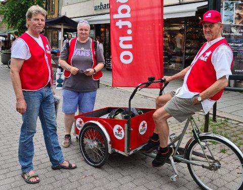 Øyvin Aamodt, Merethe Lindstad og Helge Galten trillet rundt i gågata med sykkel og banner. - Det er jo valgkamp, og vi ønsker jo å snakke med folk, sier Aamodt.