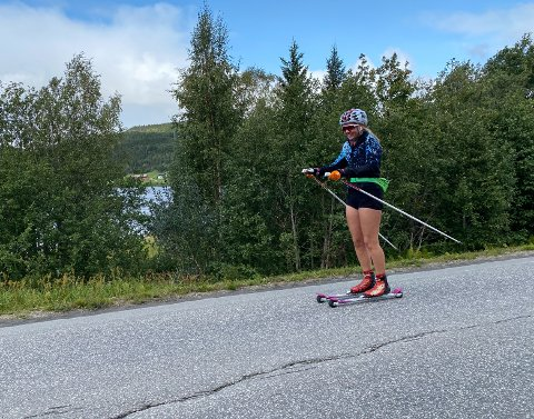 RULLET HJEM: Elise Solum Bakken gikk 28 km på rulleski heim fra samlagsmesterskapet på Høylandet - der hun vant klasse eldre junior.