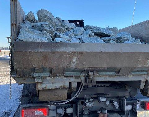 Bilde av dårlig sikrede steiner, under dagens kontroll av tungtransport.