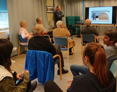 Foredrag: Med Tormod Bråten om funnene han har gjort på Søre Bræe og andre steder under åpningen av utstillingen. Alle foto: Tilsendt