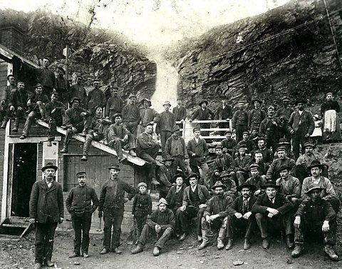 GRUVEARBEIDERE: Gruvearbeidere i Sulis samlet rundt 1900. I år starter opptakene til storfilmen om arbeideropprøret i Sulitjelma.