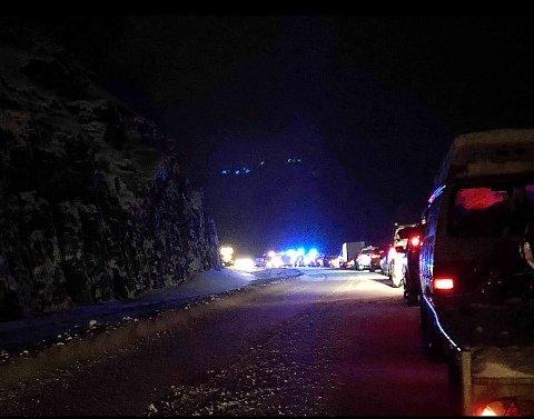 STENGT: Veien er stengt etter ulykken.