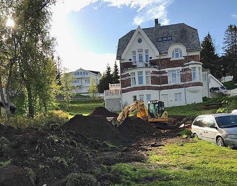 BYGGESTART: Gravingen er startet for det som blir garasjeanlegg og deretter fire eneboliger i boligtun ved de gamle murvillaene i Kirkegårdsveien.